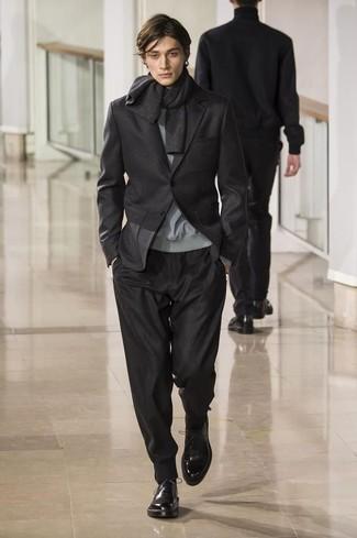Para un atuendo que esté lleno de caracter y personalidad utiliza un jersey con cuello circular gris y un pantalón de chándal negro. Con el calzado, sé más clásico y usa un par de zapatos oxford de cuero negros.