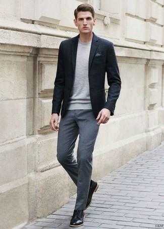 Cómo combinar: blazer negro, jersey con cuello circular gris, pantalón de vestir gris, zapatos derby de cuero negros