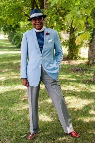 Cómo combinar: blazer celeste, jersey con cuello circular de rayas horizontales azul, pantalón de vestir gris, mocasín con borlas de cuero rojo