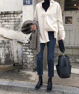 Cómo combinar: blazer de tartán gris, jersey de cuello alto negro, camisa de vestir blanca, vaqueros azul marino