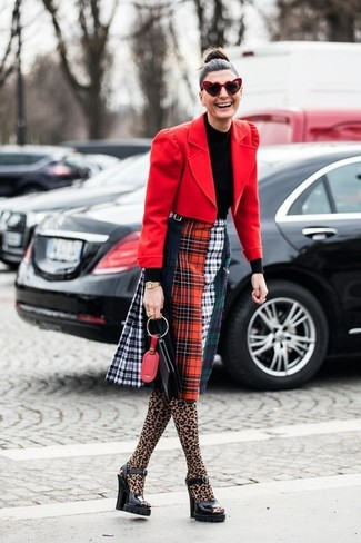 Para un atuendo que esté lleno de caracter y personalidad intenta ponerse un blazer de lana rojo y un reloj dorado. Sandalias de tacón de cuero gruesas negras levantan al instante cualquier look simple.