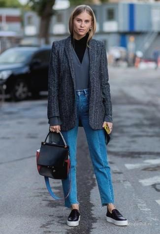 Haz de un blazer de lana de rayas verticales en gris oscuro y unos vaqueros azules tu atuendo para conseguir una apariencia glamurosa y elegante. Mezcle diferentes estilos con zapatillas slip-on de cuero negras.