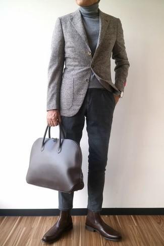 Cómo combinar: blazer de lana gris, jersey de cuello alto gris, pantalón chino en gris oscuro, botines chelsea de cuero en marrón oscuro