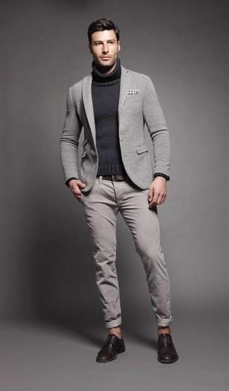 Cómo combinar: blazer de lana gris, jersey de cuello alto de punto en gris oscuro, pantalón chino gris, zapatos derby de cuero en marrón oscuro