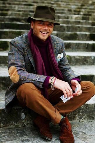 Cómo combinar: blazer de lana de tartán azul marino, jersey de cuello alto morado, pantalón chino en tabaco, botas safari de ante en tabaco
