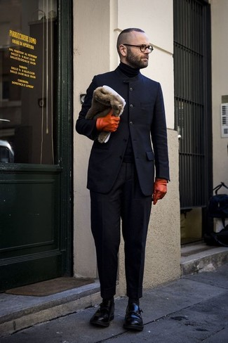 Cómo combinar: blazer de lana azul marino, jersey de cuello alto negro, pantalón de vestir negro, zapatos con doble hebilla de cuero negros