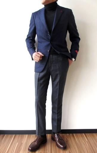 Cómo combinar: blazer de lana azul marino, jersey de cuello alto negro, pantalón de vestir a cuadros en gris oscuro, zapatos derby de cuero en marrón oscuro