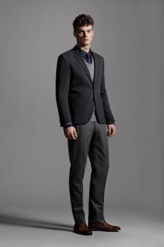 Cómo combinar: blazer de lana negro, jersey de pico gris, camisa de manga larga a lunares azul marino, pantalón de vestir de lana en gris oscuro