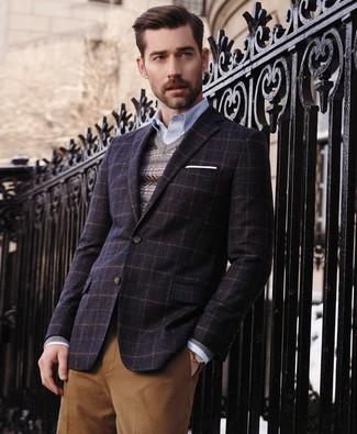 Look de moda: Blazer de lana a cuadros azul marino, Jersey de pico de grecas alpinos gris, Camisa de manga larga celeste, Pantalón de vestir marrón claro