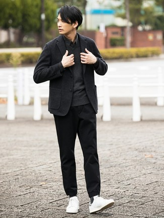 Cómo combinar: blazer de lana en gris oscuro, jersey de pico en gris oscuro, camisa de manga larga negra, pantalón chino negro