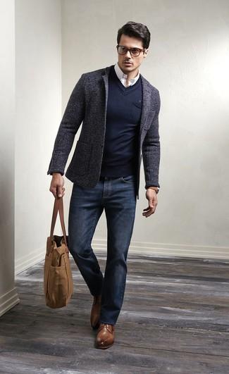 Si buscas un look en tendencia pero clásico, empareja un blazer de lana gris oscuro con unos vaqueros azul marino. Complementa tu atuendo con zapatos derby de cuero marrónes para mostrar tu inteligencia sartorial.