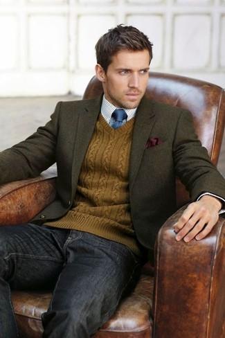 Cómo combinar: blazer de lana verde oliva, jersey de pico en tabaco, camisa de vestir de cuadro vichy en blanco y azul, vaqueros en gris oscuro