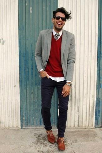 Cómo combinar: blazer de lana gris, jersey de pico rojo, camisa de vestir blanca, vaqueros pitillo negros