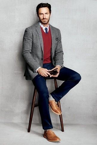 Cómo combinar: blazer de lana gris, jersey de pico rojo, camisa de vestir a cuadros en blanco y rojo, pantalón chino azul marino