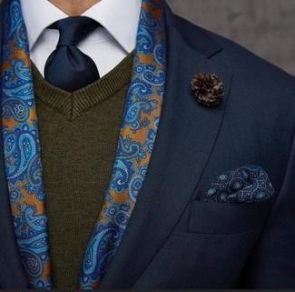 Casa un blazer negro junto a un jersey de pico en marrón oscuro para crear un estilo informal elegante.