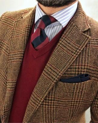 Cómo combinar: blazer de lana de pata de gallo marrón, jersey de pico rojo, camisa de vestir de rayas verticales celeste, corbata de rayas verticales en rojo y negro