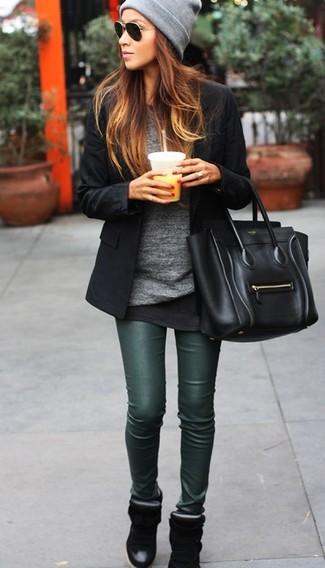 Ponte un blazer negro y una bolsa tote negra de Fendi para un almuerzo en domingo con amigos. Haz este look más informal con zapatillas con cuña negras.