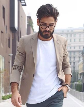 Cómo combinar: blazer de algodón marrón claro, camiseta con cuello circular blanca, pantalón chino en gris oscuro, reloj plateado