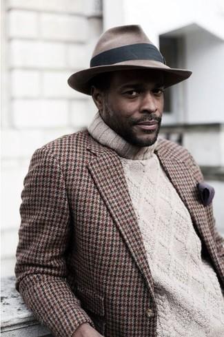 Cómo combinar: blazer de pata de gallo marrón, jersey de cuello alto de punto en beige, sombrero marrón, pañuelo de bolsillo morado