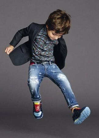 Cómo combinar: blazer negro, camisa de manga larga azul, vaqueros azules, zapatillas azul marino