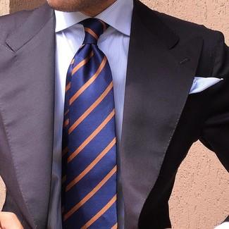Cómo combinar: blazer negro, camisa de vestir de rayas verticales blanca, corbata de rayas verticales azul marino, pañuelo de bolsillo de rayas horizontales blanco