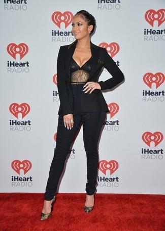 Un blazer negro y unos pantalones pitillo negros son prendas que debes tener en tu armario. Completa el look con zapatos de tacón de encaje negros.