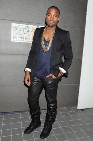 Look de Kanye West: Blazer Negro, Camiseta sin Mangas Azul Marino, Vaqueros de Cuero Negros, Zapatillas Altas de Cuero Negras