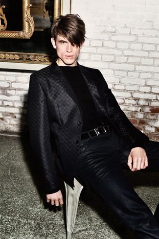Cómo combinar: blazer de satén negro, jersey con cuello circular negro, vaqueros de cuero negros, correa de cuero negra