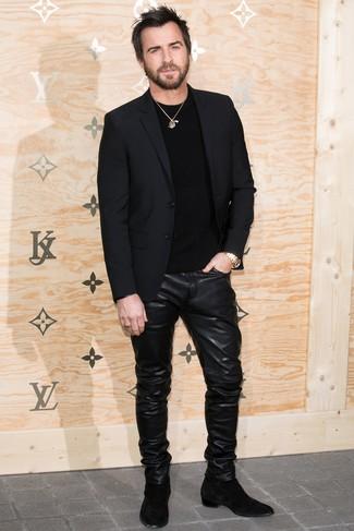 Cómo combinar: blazer negro, jersey con cuello circular negro, vaqueros de cuero negros, botines chelsea de ante negros