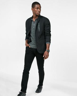Cómo combinar: blazer de algodón negro, jersey con cuello henley gris, vaqueros pitillo negros, tenis en gris oscuro