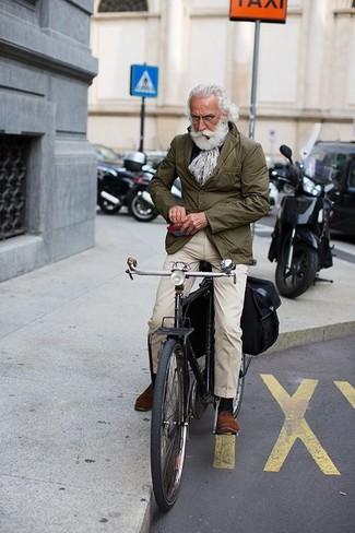 Haz de un blazer de algodón verde oliva de hombres de Paul Smith y un pantalón chino beige tu atuendo para lograr un look de vestir pero no muy formal. Con el calzado, sé más clásico y usa un par de zapatos derby de ante marrónes.