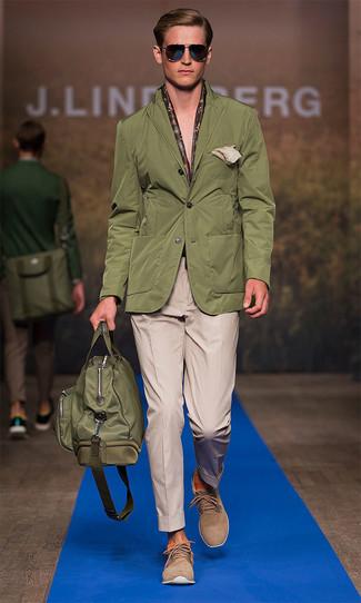 Haz de un blazer verde oliva y un pantalón de vestir marrón claro tu atuendo para rebosar clase y sofisticación. Botas safari de ante marrón claro darán un toque desenfadado al conjunto.