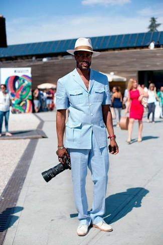 Cómo combinar: blazer celeste, pantalón de vestir celeste, zapatos derby de ante blancos, sombrero de paja blanco