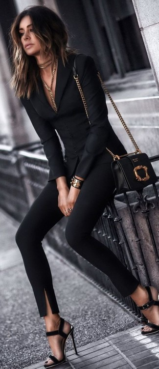 Cómo combinar: blazer negro, pantalones pitillo negros, sandalias de tacón de ante negras, bolso bandolera de cuero en negro y dorado