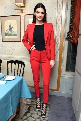 Casa un blazer burdeos con un pantalón de vestir rojo y te verás como todo un bombón. Complementa tu atuendo con sandalias de tacón de cuero negras.