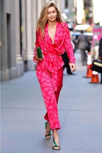 Look de Gigi Hadid: Blazer estampado rosa, Pantalones anchos estampados rosa, Sandalias de tacón de satén verde oscuro, Cartera sobre de cuero verde oscuro