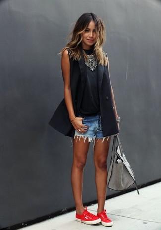 Look de moda: Blazer sin Mangas Negro, Camiseta sin Manga Negra, Pantalones Cortos Vaqueros Celestes, Tenis de Lona Rojos