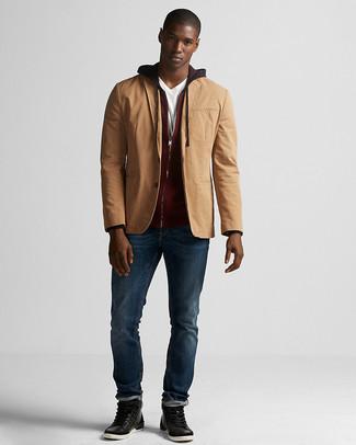 Cómo combinar: blazer de algodón marrón claro, sudadera con capucha burdeos, camiseta con cuello en v blanca, vaqueros azul marino