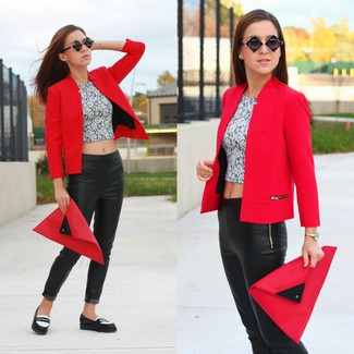 Un blazer rojo y unos leggings de cuero negros son una opción grandiosa para el fin de semana. Dale un toque de elegancia a tu atuendo con un par de mocasín de cuero negros y blancos.