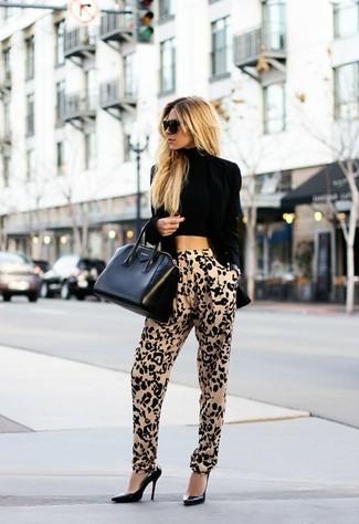 Look de moda: Blazer de Terciopelo Negro, Top Corto Negro, Pantalón de Pinzas de Leopardo Marrón Claro, Zapatos de Tacón de Cuero Negros