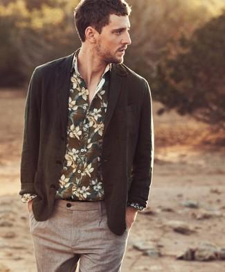 Perfecciona el look casual elegante en un blazer verde oliva y un pantalón chino marrón.