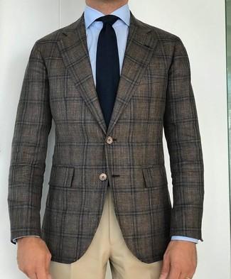 Cómo combinar: blazer de lana de tartán verde oliva, camisa de vestir celeste, pantalón de vestir en beige, corbata de punto negra