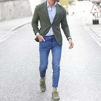 Usa un blazer de algodón verde oliva y unos vaqueros pitillo azules para un almuerzo en domingo con amigos. Tenis verde oliva son una opción incomparable para completar este atuendo.