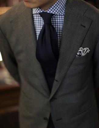 Perfecciona el look casual elegante en un blazer verde oliva y una camisa de vestir de cuadro vichy en blanco y azul marino.