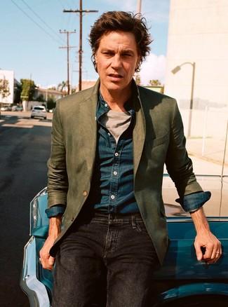 Perfecciona el look casual elegante en un blazer verde oliva y unos vaqueros negros.
