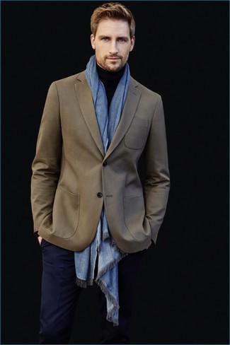 Emparejar un blazer verde oliva con un pantalón de vestir azul marino es una opción muy buena para una apariencia clásica y refinada.