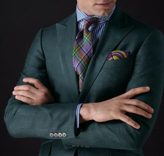 Cómo combinar: blazer verde oscuro, camisa de vestir de rayas verticales en blanco y azul, corbata de tartán en multicolor, pañuelo de bolsillo estampado morado