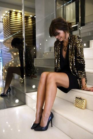 Empareja un blazer de lentejuelas dorado junto a un vestido de fiesta negro para una vestimenta cómoda que queda muy bien junta. Un par de zapatos de tacón de cuero negros se integra perfectamente con diversos looks.