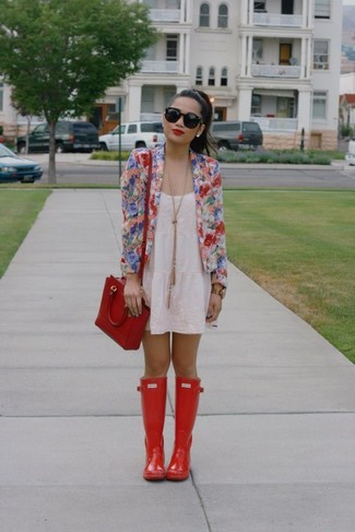 Look de moda: Blazer de Flores Multicolor, Vestido de Tirantes de Encaje Blanco, Botas de Lluvia Rojas, Bolso Bandolera de Cuero Rojo