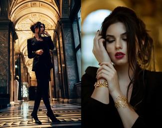 Para seguir las tendencias usa un blazer negro y un vestido recto de terciopelo negro. Este atuendo se complementa perfectamente con zapatos de tacón de cuero negros.